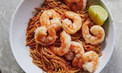 Пикантни спагети със скариди и домати