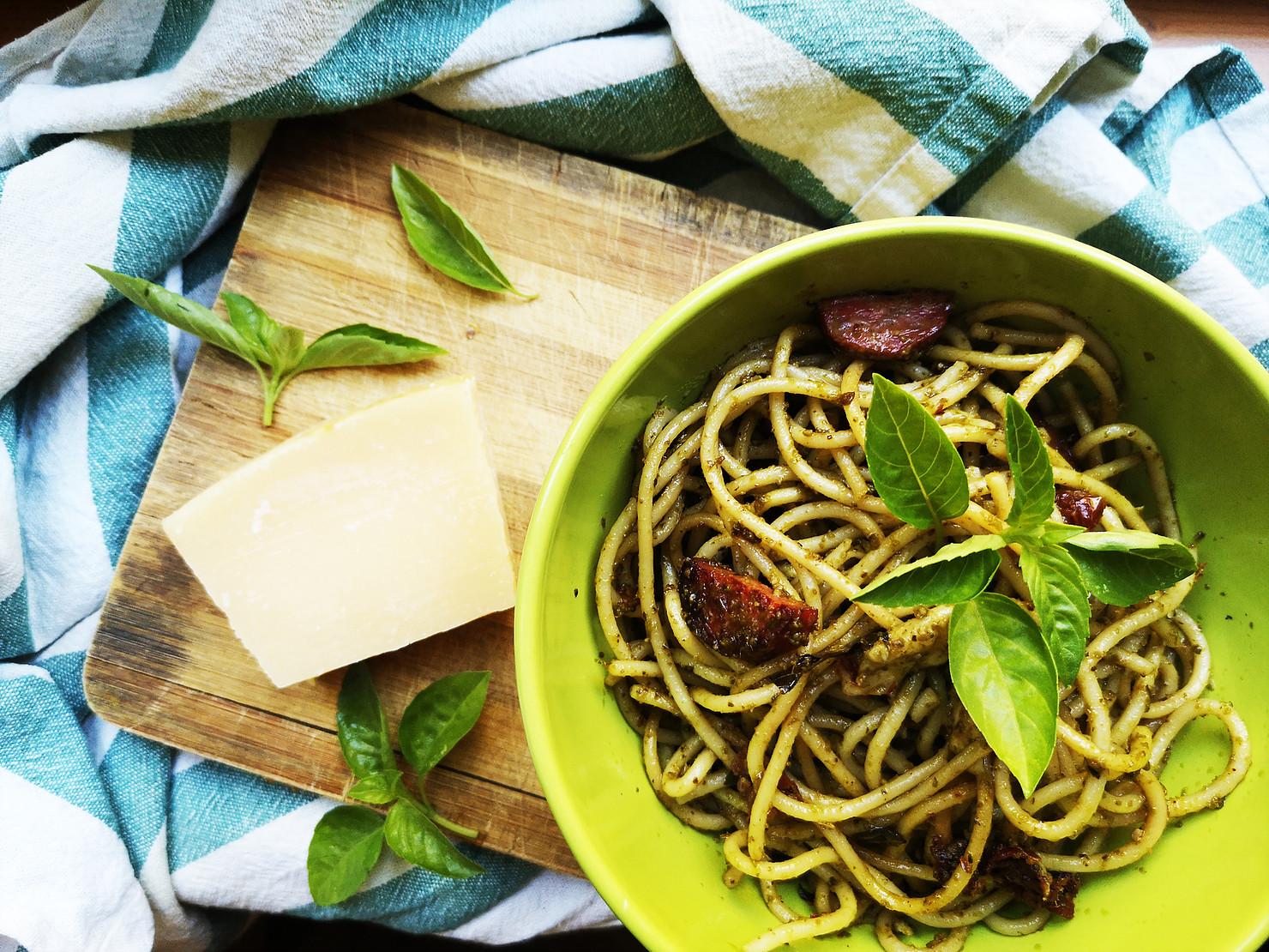 Вкусни спагети с песто, сушени домати и моцарела