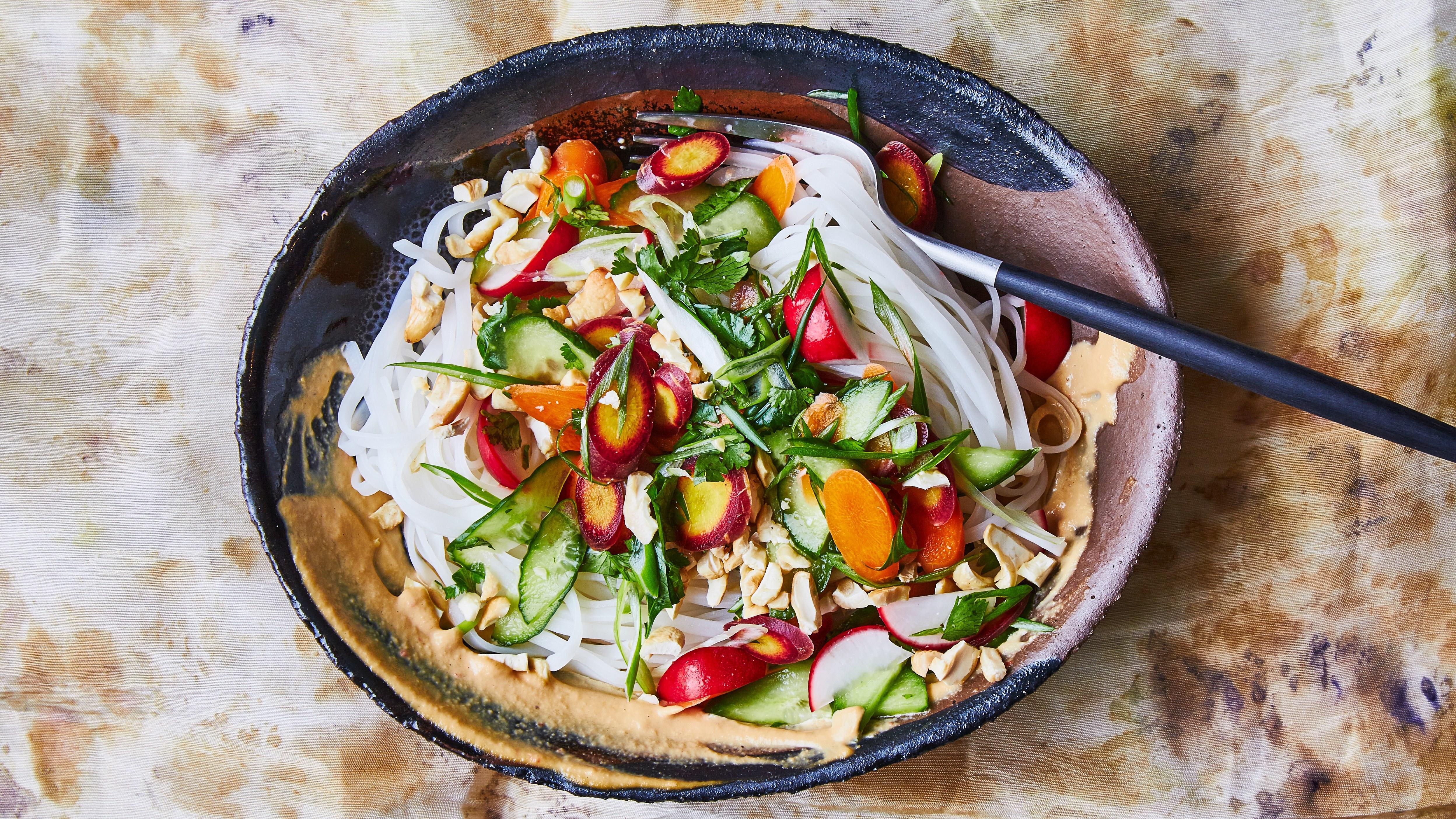 Нудълс със сос от кашу и хрупкави зеленчуци