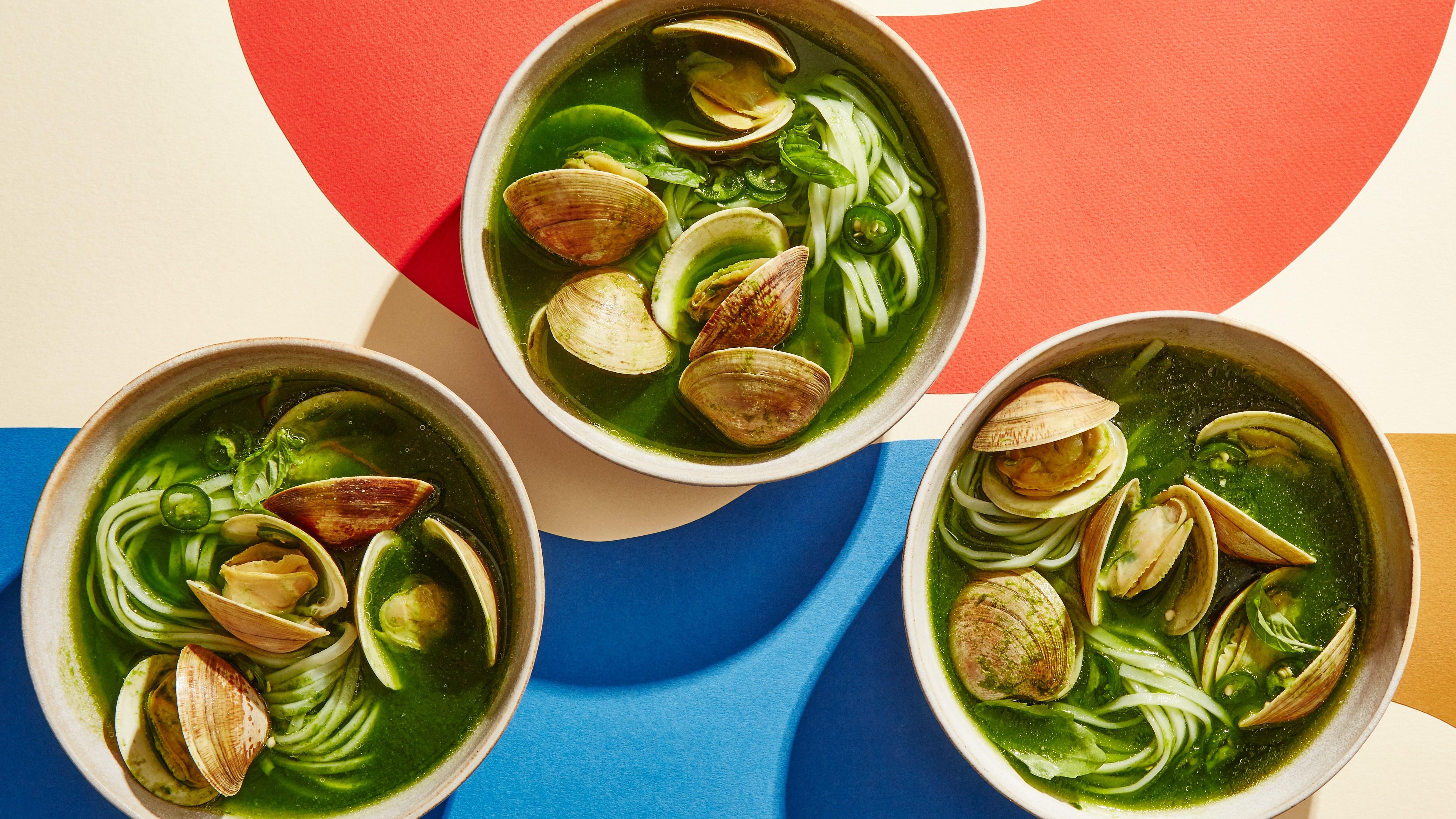 Зелено кокосово къри с миди и нудълс